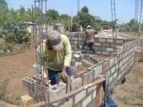 PADRE DE FAMILIA APOYANDO LA CONSTRUCCION