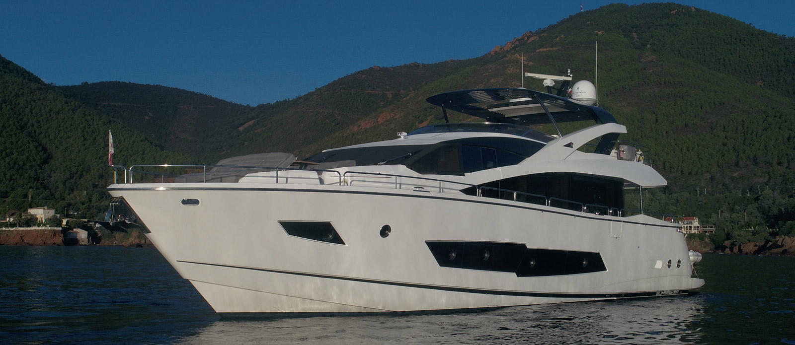 Sunseeker 86 Yacht MiBowt Bow on Side Profile
