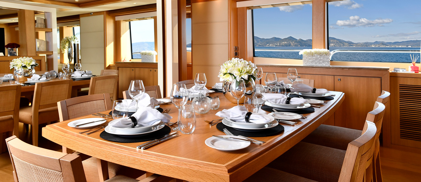 Sunseeker-34-Metre-Yacht---Emoji---Saloon-Dining-2