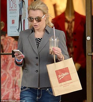 2E1B24C200000578-3303967-All_in_a_day_s_work_It_was_a_very_busy_day_for_pop_star_Britney_-m-2_1446670470863