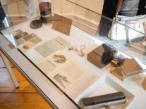 Dokumente und Gegenstände, die im Zusammenhang mit den Fotos stehen