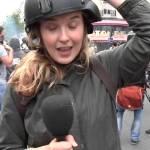 """مراسلة قناة """"روسيا اليوم"""" تتلقى صفعة أثناء تغطيتها مظاهرة في باريس"""