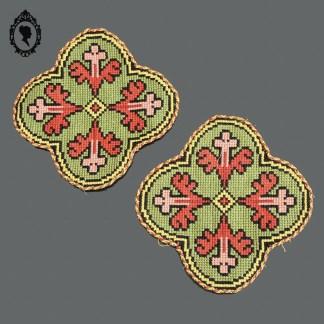 Ecusson, médaillon, broderie, ornement, écusson liturgique, médaillon liturgique, broderie liturgique, ornement liturgique, écusson religieux, écusson liturgique, médaillon religieux, broderie religieuse, ornement religieux, écusson croix, médaillon croix, broderie croix, ornement croix, tapisserie, tapisserie croix, tapisserie ancienne, tapisserie religieuse, tapisserie vintage, tapisserie liturgique, écusson vintage, médaillon vintage, broderie vintage, ornement vintage, écusson ancien, médaillon ancien, broderie ancienne, ornement ancien, croix brodée,