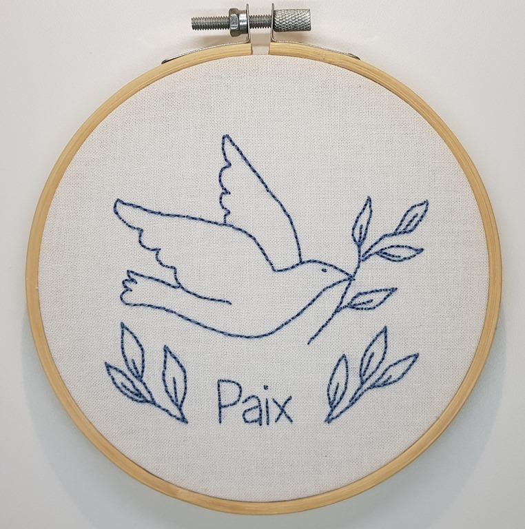 Broder une colombe pour créer des ondes de paix autour de soi