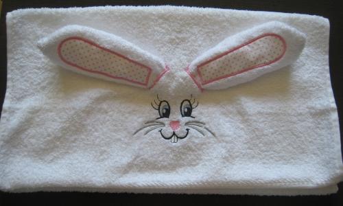 serviette brodée lapin