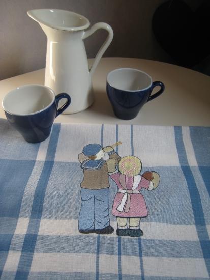 enfants breton brodés sur torchon