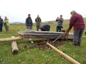 The best method for moving a standing stone: Seaweed directly on the ground.