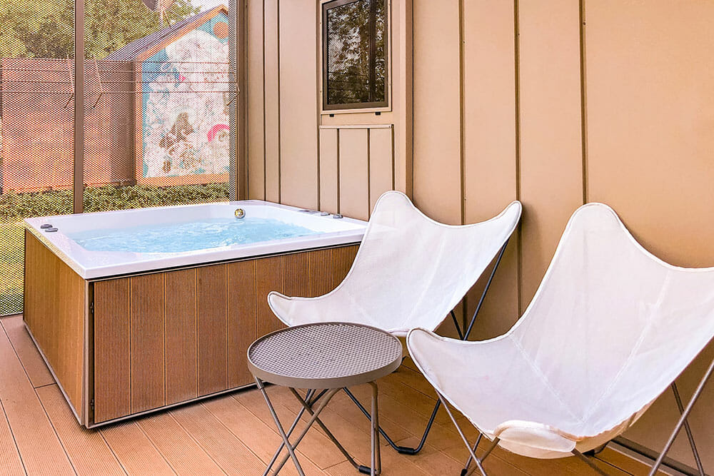 Hot tub with two chairs on the terrace of the Big Berry house