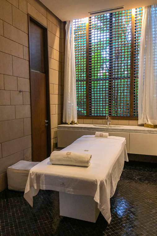 Massage bed with a large lattice window