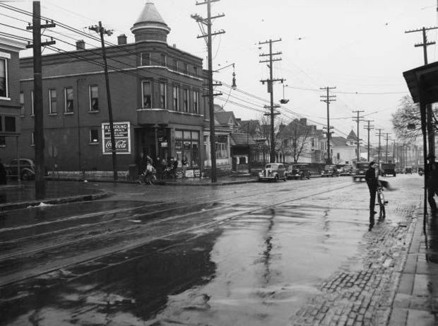 Cyclists on Frankfort Avenue (Courtesy UL Photo Archives)