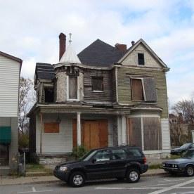 A house on Frankfort Avenue circa 2007 before renovation into the Comfy Cow. (Branden Klayko / Broken Sidewalk)