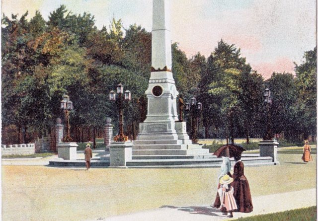 An early view of the Confederate Monument giving clues at how we treated the street as a strolling ground rather than a speedway. (Courtesy Old Lou Guide)
