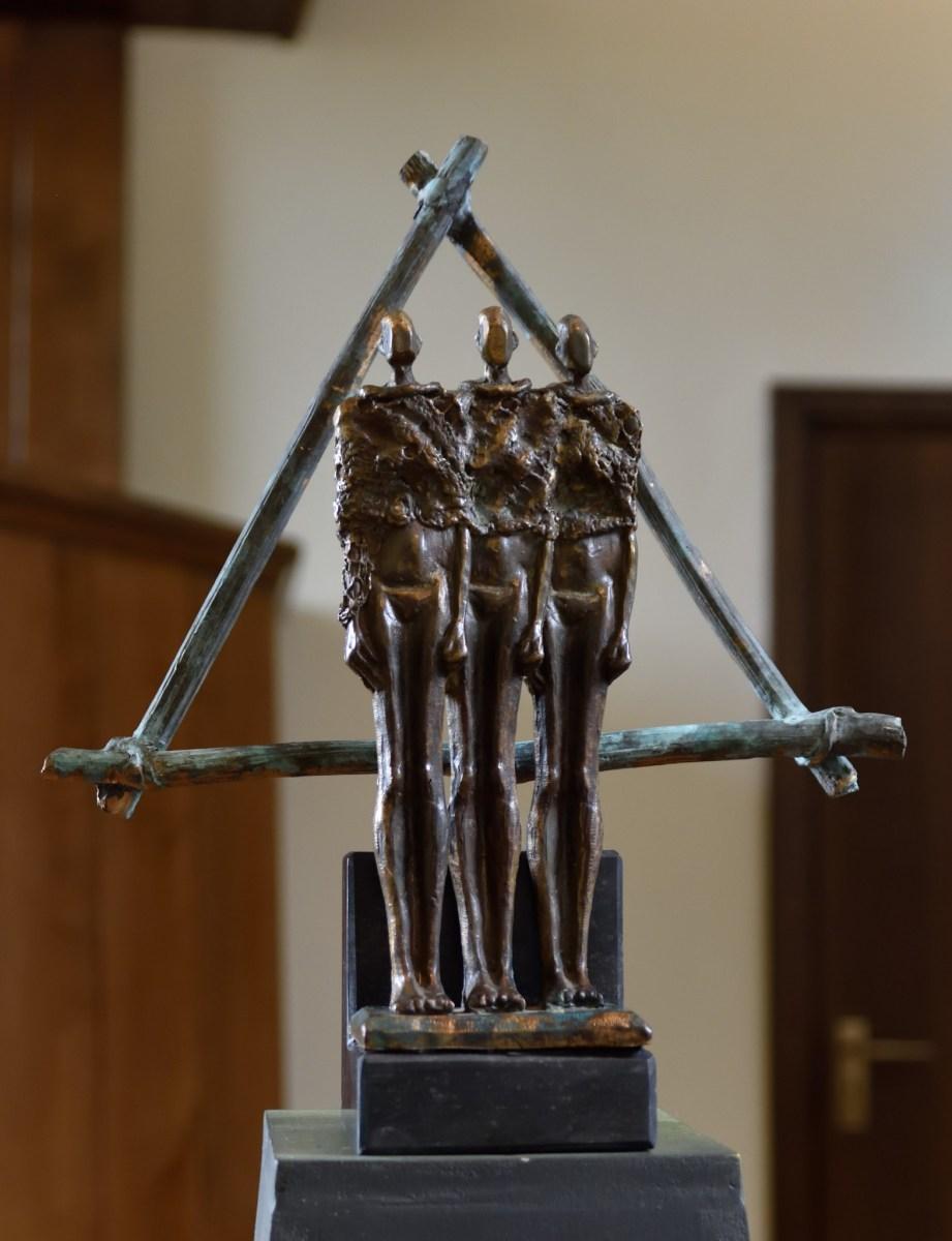 Bronzen beeld Geloof, Hoop en Liefde.