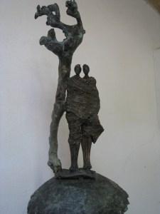 Bronzen beeld FEDEME.Het beeld staat symbool voor de verbondenheid tussen mensen hier en in Kameroen en geeft beschutting en bescherming