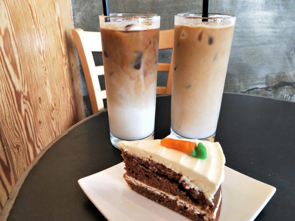 Café Lowa 的胡萝卜蛋糕和拿铁