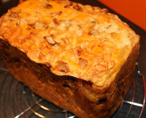 Kaas uienbrood uit de broodmachine