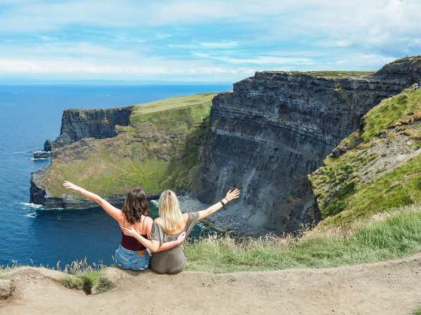 The perfect spot for a photo in front of the cliffs