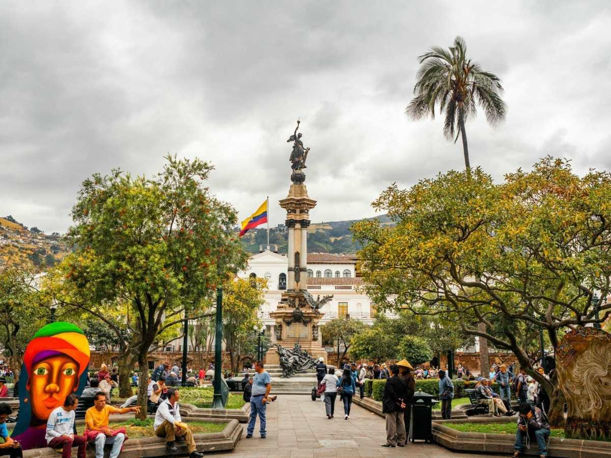 Statue in plaza de la Independencia Quito