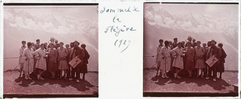 Amateur French stereography: a 45x107 mm diapositive from the Puthon Collection, featuring a group of people standing on the summit of the Flégère in 1929.