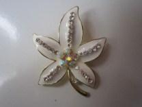 Bros Manik Cantik Bunga Luna-Putih