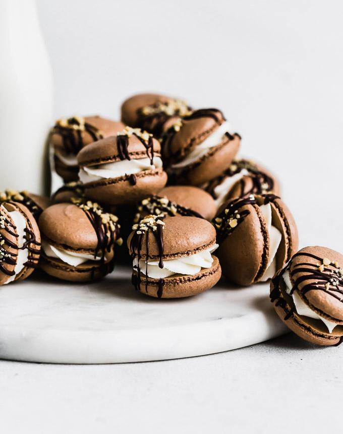 hot-fudge-sundae-macarons