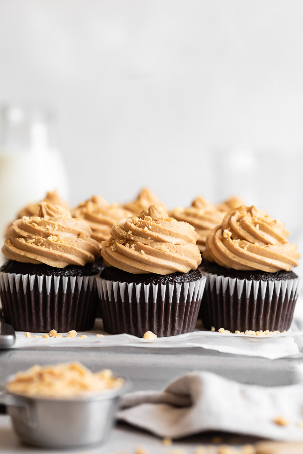 dark-chocolate-cupcakes-peanut-butter-frosting