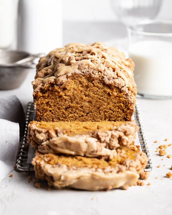 slices-of-pumpkin-bread-with-streusel-topping-on-cooling-rack