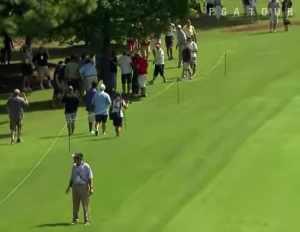 ゴルフショットが観客のポケットに入ってしまう