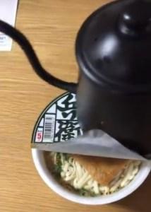 カップ麺のフタはヤカンで圧着できる