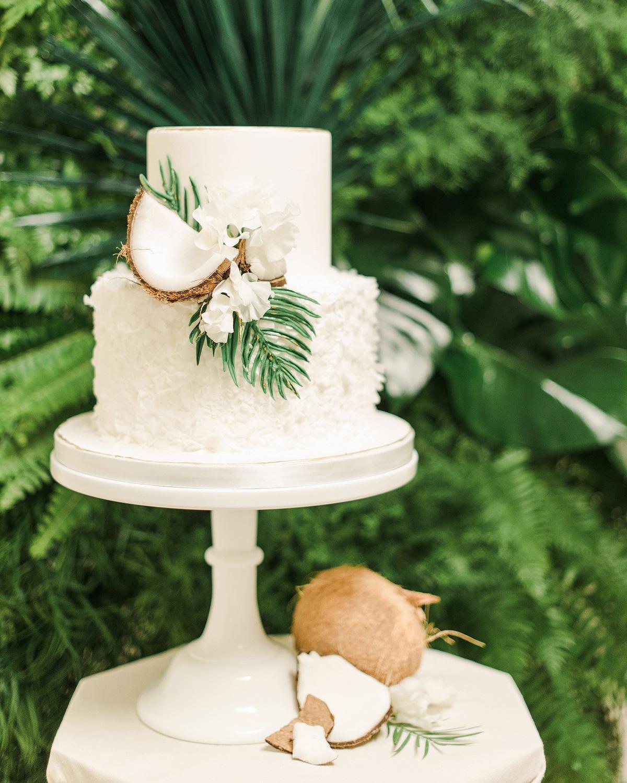 Witte bruidstaart met kokosnoot