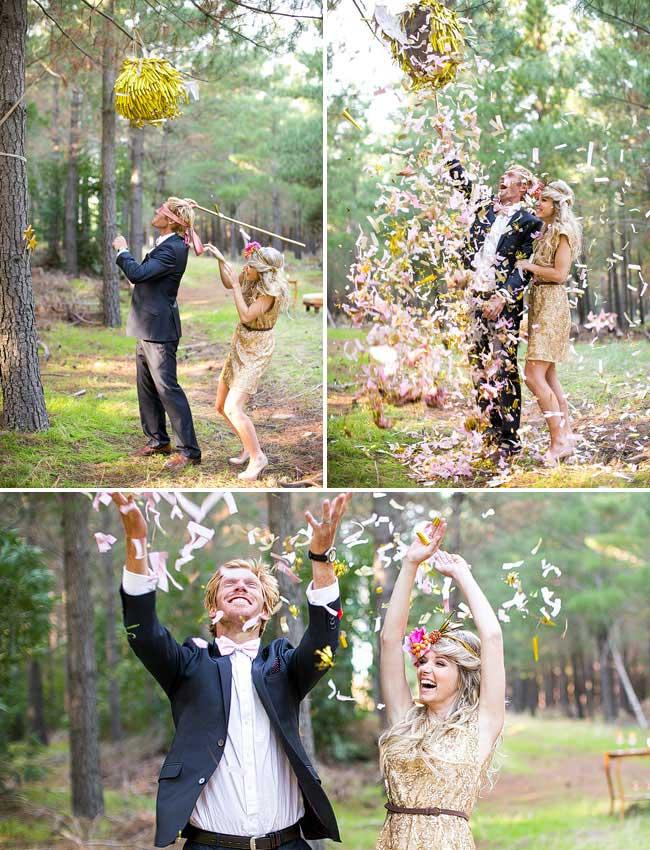 Bruidspaar slaat piñata stuk