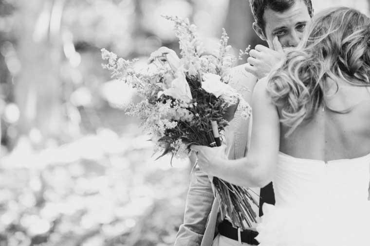 Bruidegom emotioneel bij het zien van zijn bruid