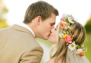 Bruid met een krans van bloemen in haar haar