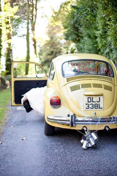 Just married auto met blikjes