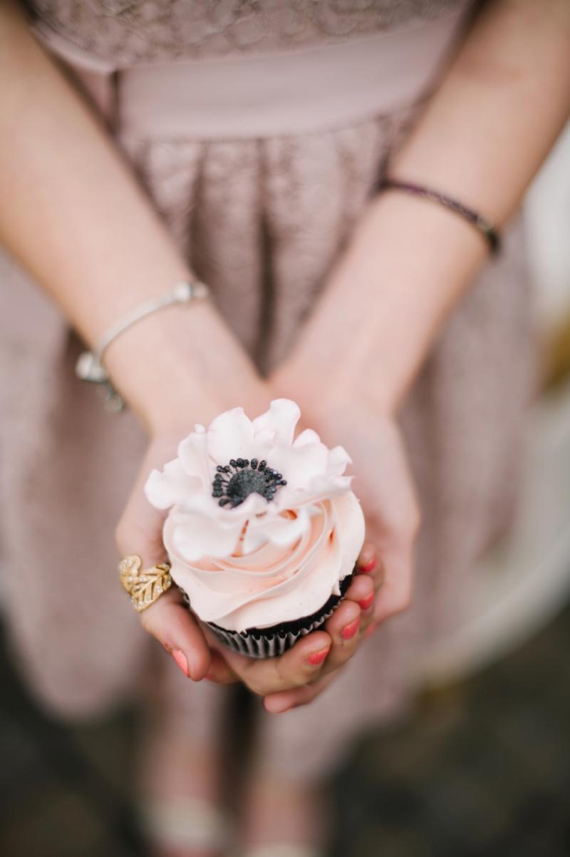 Roze bruiloft cupcake in de hand