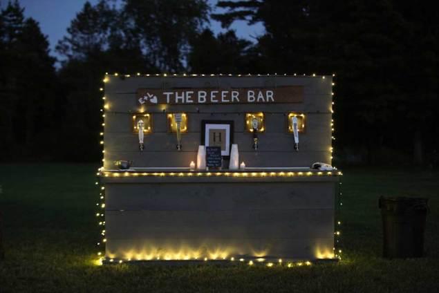 Een bierbar met verlichting
