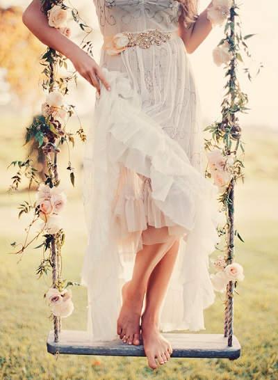 Bruid staat op schommel