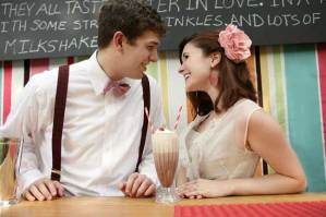 Bruid en bruidegom aan een milkshakebar