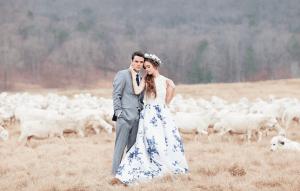 Bruid met trouwjurk in Delfts blauw
