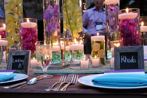 Decoratie van vazen met drijfkaarsen en bloemen er in