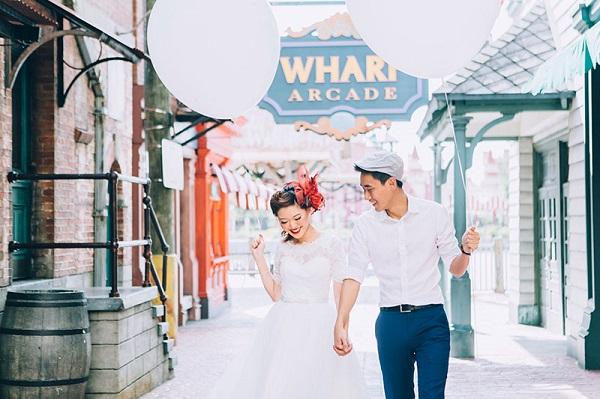 Retro bruid en bruidegom met ballonnen