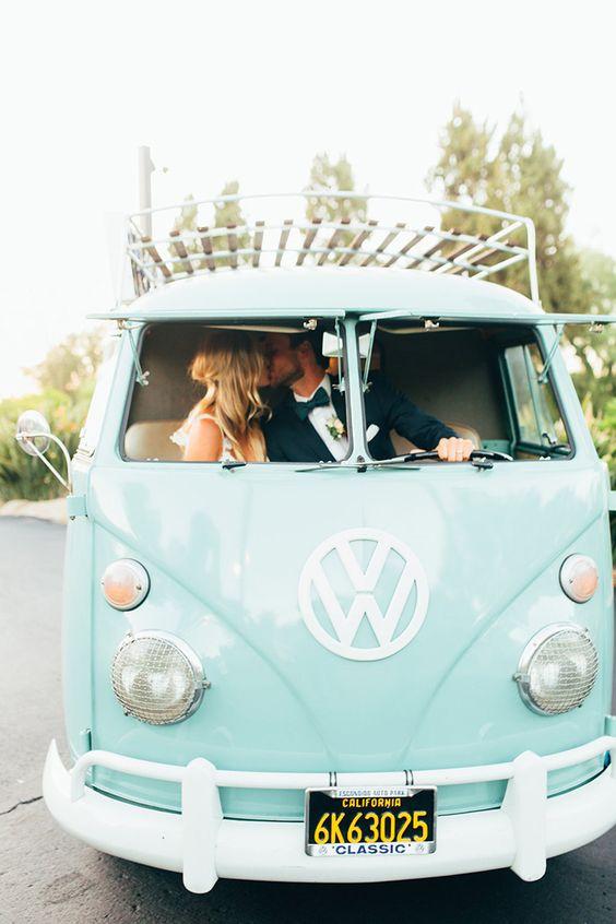 Bruidspaar in Volkswagen busje
