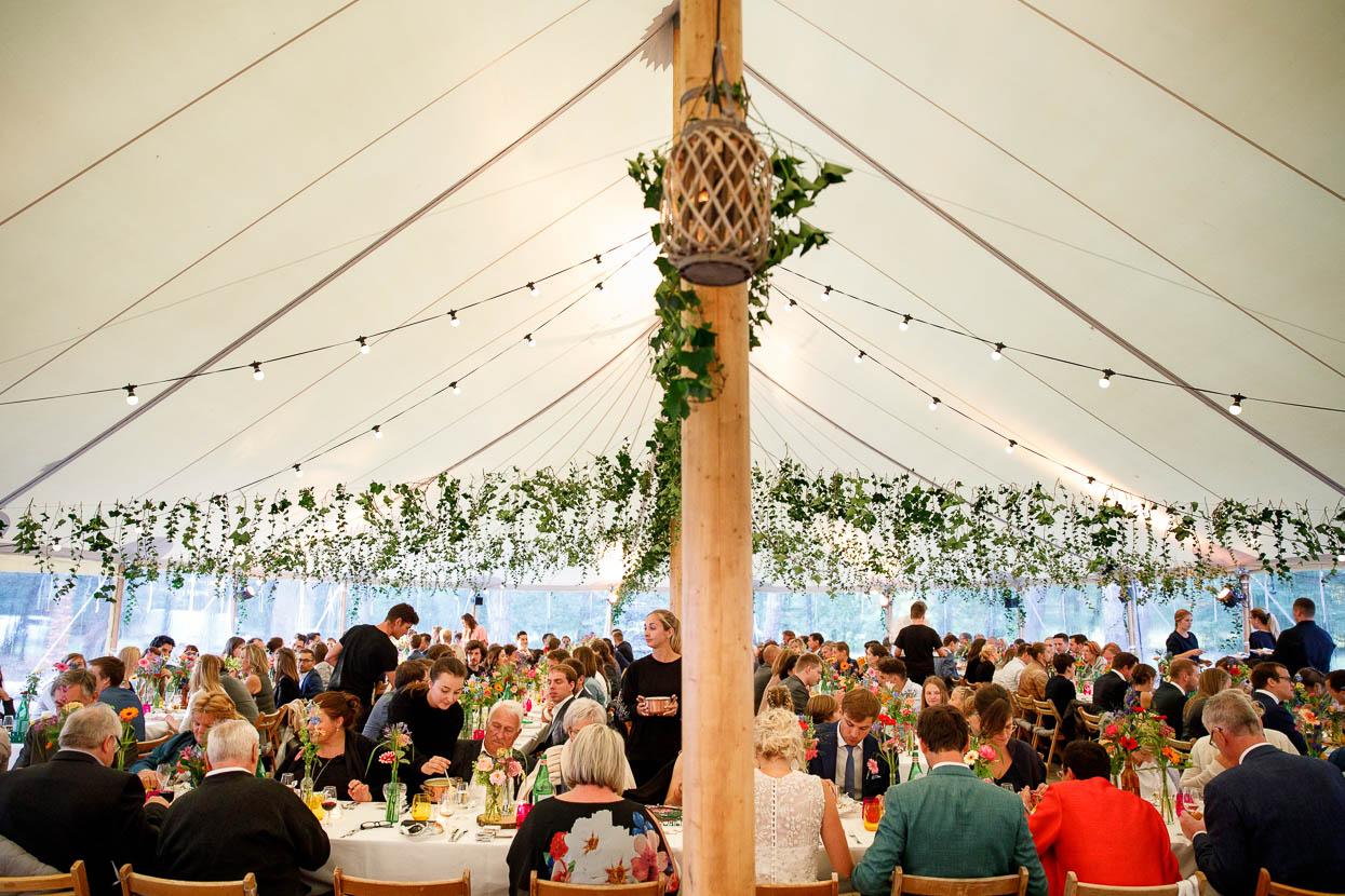 Gasten in de bruiloft tent