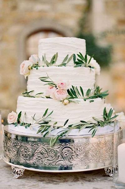 Bruidstaart met echte bloemen en groen