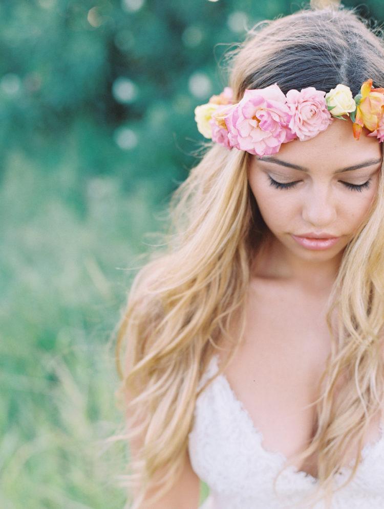 Bruid met bloemen als haaraccessoires