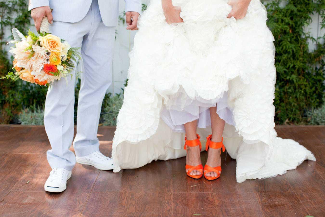 Bruid met oranje trouwschoenen