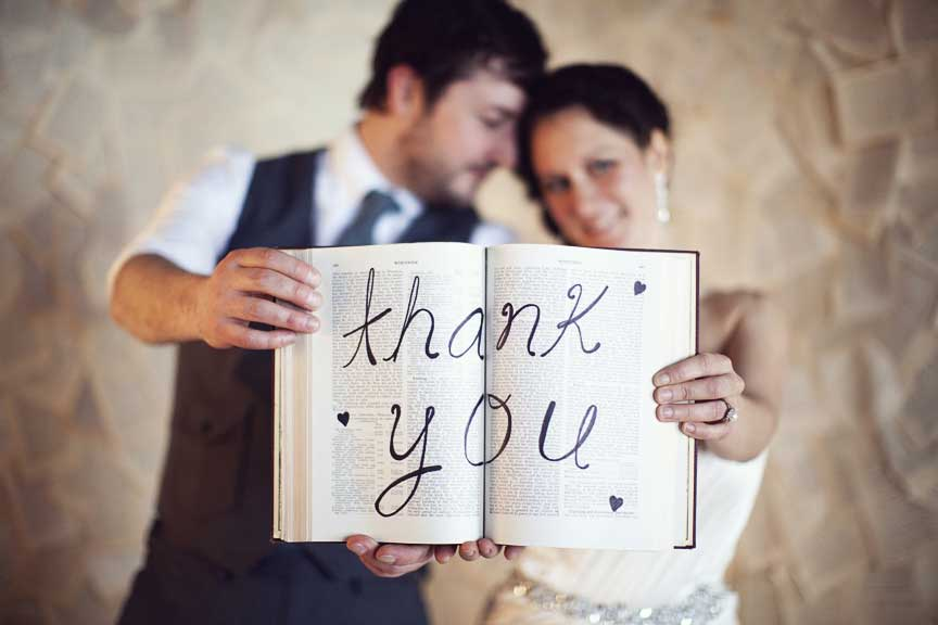 Bruidspaar met originele trouwbedankjes