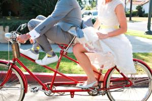 Bruidspaar op tandem