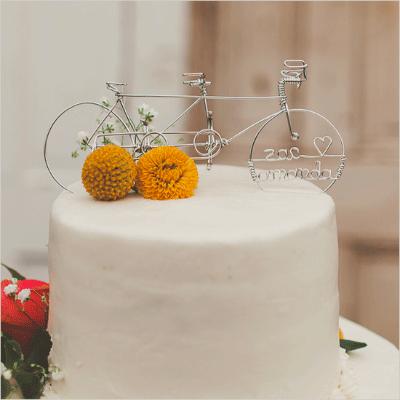 Fiets als topper van de bruidstaart