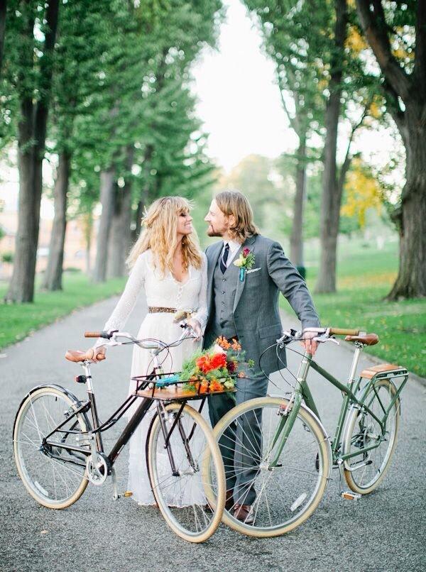 Bruidspaar met fietsen